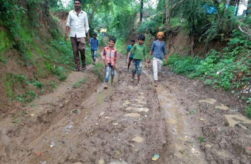 एक गांव की जमीन पर दूसरे गांव के वोटर, इसी चक्कर में उलझी है २०० मीटर सड़क, कीचड़ से आना-जाना कर रहे ग्रामीण
