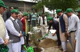 Photo gallery : इमरान खान ने शुरू किया पौधारोपण अभियान
