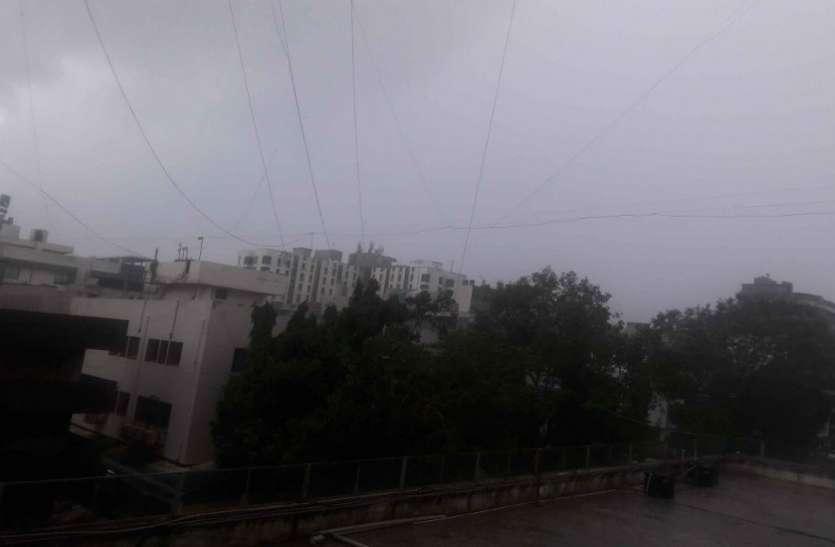 अहमदाबाद में हवा के साथ बारिश