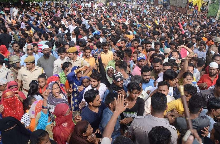 तिहरा हत्याकांड: आरोपियों की गिरफ्तारी की मांग पर प्रदर्शन, तीन वाहनों में तोडफ़ोड़, पुलिस पर फेंकी चूडिय़ां