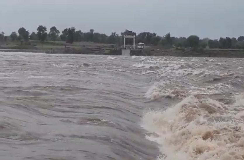 छतरपुर का टीकमगढ़ से संपर्क कटा, पचेर घाट पर उफान पर आई धसान नदी