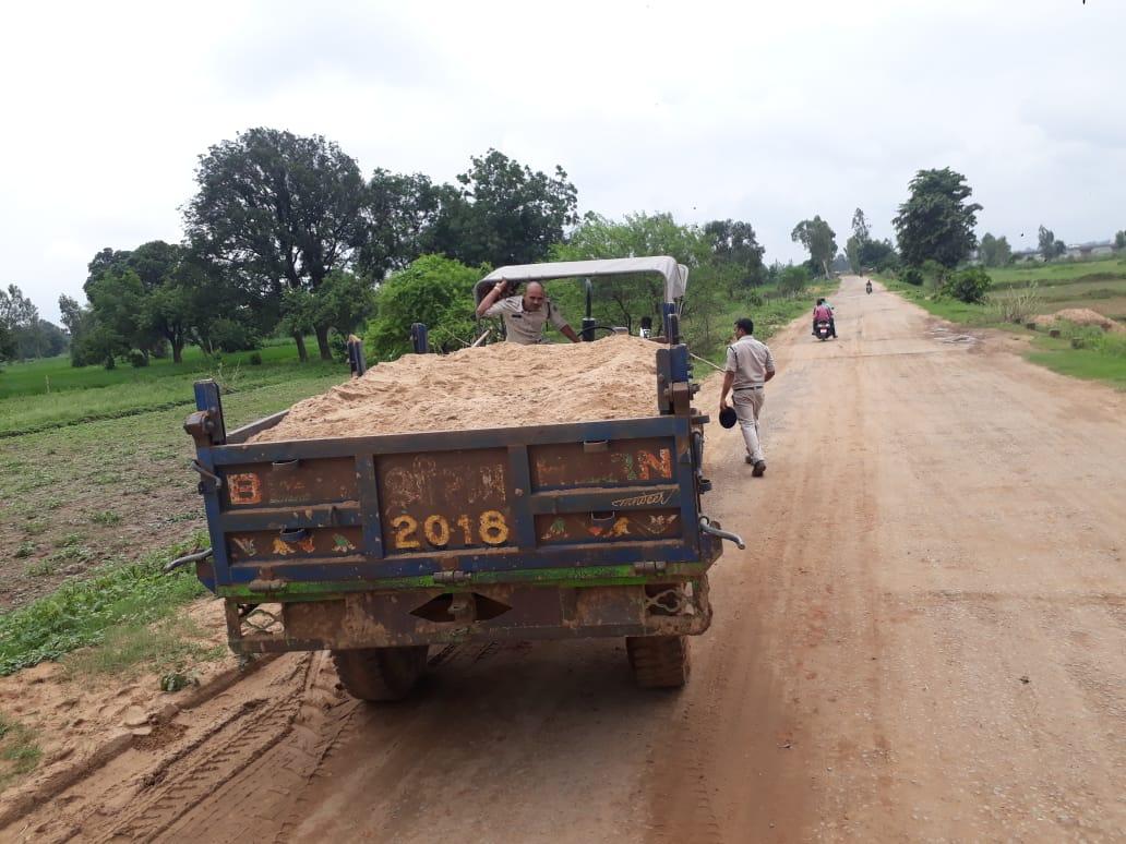 पुलिस ने छापेमारी कर पकड़े पांच डंपर-ट्रक और एक टै्रक्टर-ट्रॉली