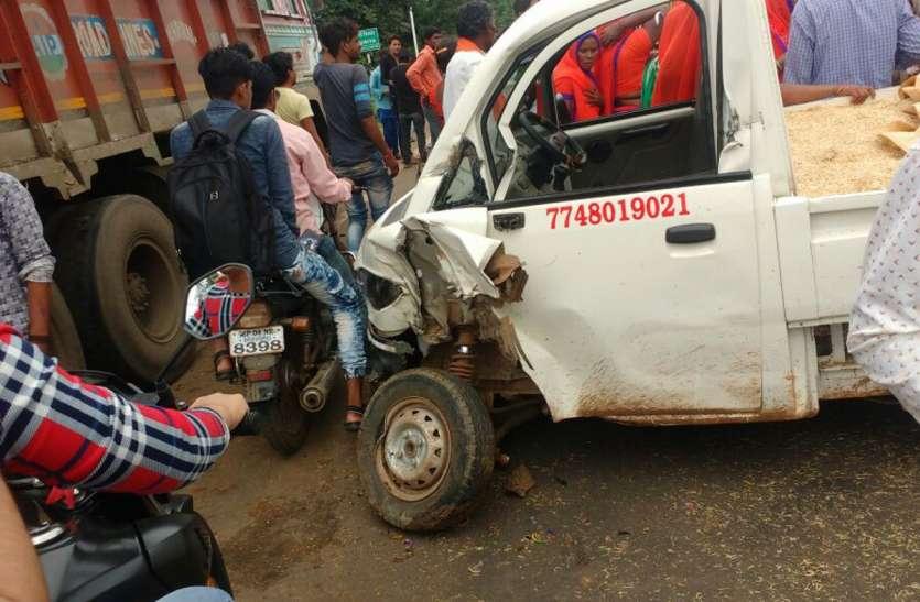 खड़े ट्रक से टकराया वाहन, 13 महिलाएं घायल, एक गंभीर