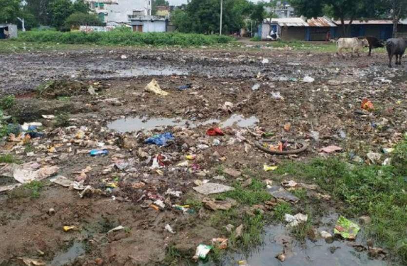 जिस जगह रंगोली बनाकर दिया था स्वच्छता का संदेश, अब वहां खुद कचरे का ढ़ेर लगा रही नपा