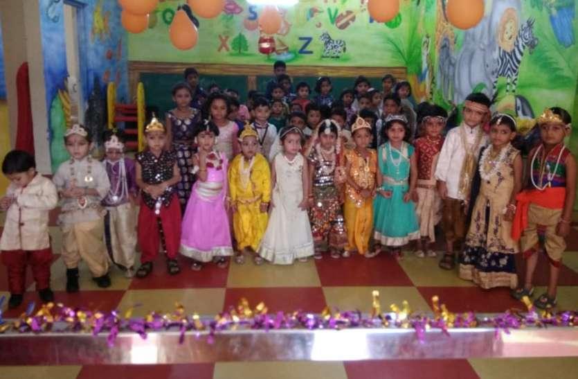 राधा-कृष्ण बने छात्र-छात्राओं के साथ मनाया जन्माष्टमी