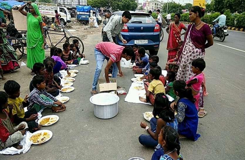 झोंपड़पट्टियों के150  बच्चों को निशुल्क भोजन की व्यवस्था