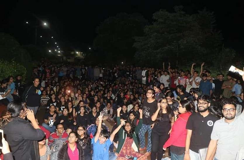 ये दिल्ली का इंडिया गेट नहीं छत्तीसगढ़ का विधि विश्वविद्यालय है, यहां स्टूडेंट्स 6 दिनों से कर रहे आंदोलन