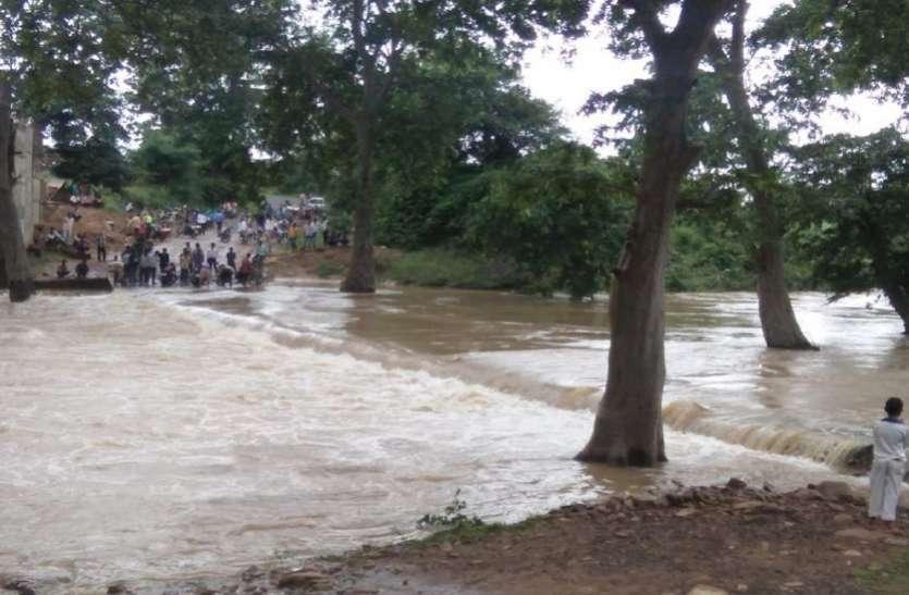 उफनाई नदी के तेज बहाव से पुल बहा, सैंकड़ों लोग फंसे, see video