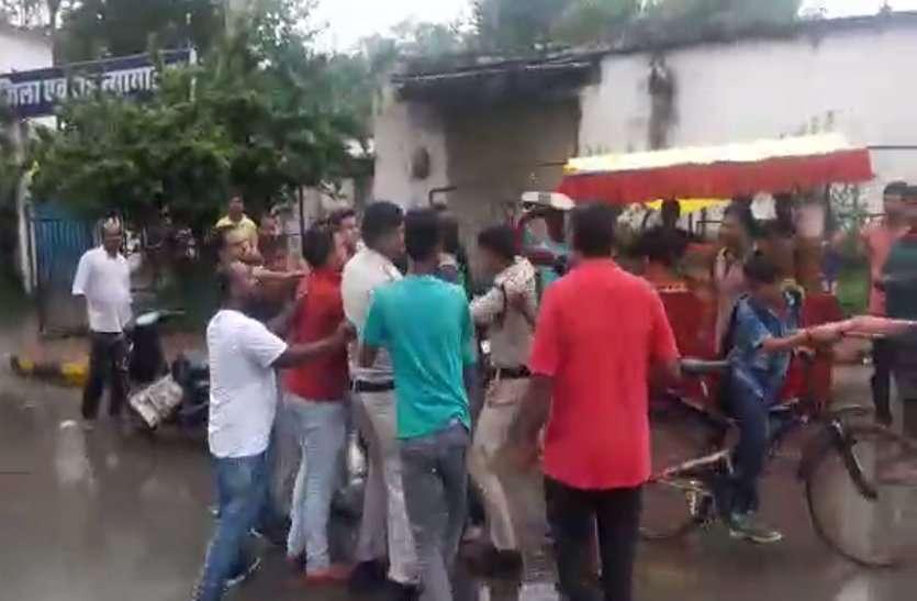 Breaking : कोर्ट के बाहर खाकी को आंख दिखाई तो जूते से हुई पिटाई, बचाने पहुंचे पूर्व पार्षद को भी नहीं बख्शा- देखें Video
