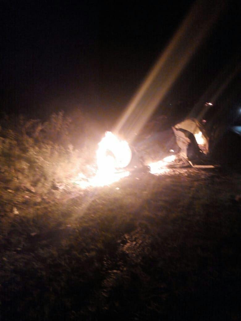 कार में विस्फोट से लगी आग, तीन लोगों की मौत