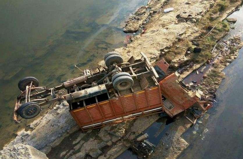 BREAKING : तेज रफ्तार से दौड़ रहा ट्रक नदी में गिरा,लाखों का घी पानी में डूबा