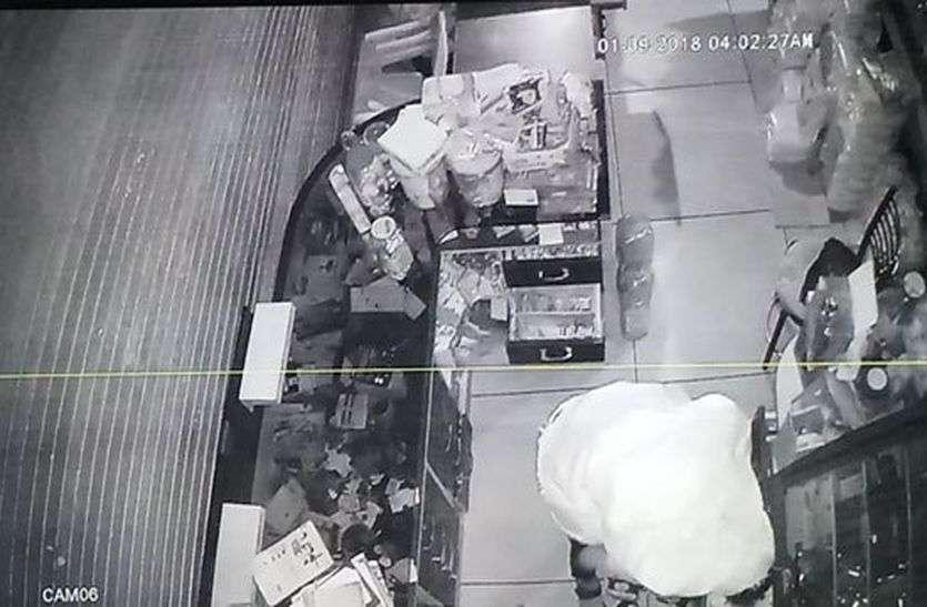 सीसीटीवी दिखा चादर ओढ़े हुए चोर, चोरी के साथ खा रहा काजू और बादाम