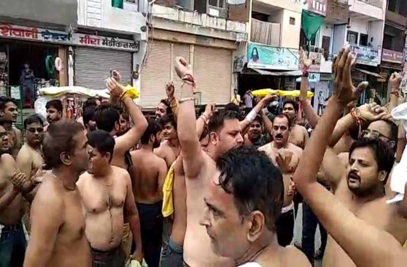 BREAKING : ST/SC संशोधन बिल के विरोध में अर्धनग्न होकर सड़कों पर उतरे लोग,मंत्री के बंगले का घेराव,जिले में हाई अलर्ट,See video