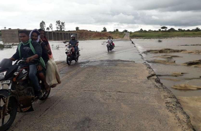 उफान पर नदी, बाइक सवार लगा रहे रपटा पर दौड़