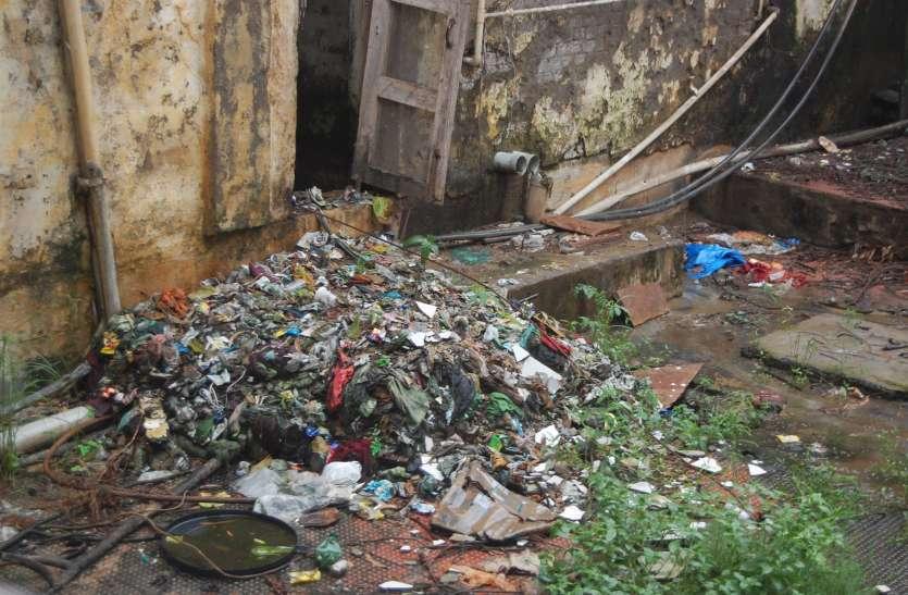 अस्पताल में अटा पड़ा कचरा, बदबू से बेहाल मरीज