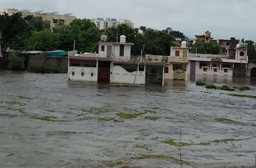 बेतवा नदी उफनाने से झांसी के कई गांव टापू बने, सेना के हेलीकाप्टर से निकाले आठ मछुआरे