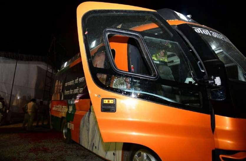 जन आशीर्वाद यात्रा: CM शिवराज के काफिले पर पथराव से टूटा रथ का शीशा, बोले-हिम्मत है तो सामने आओ