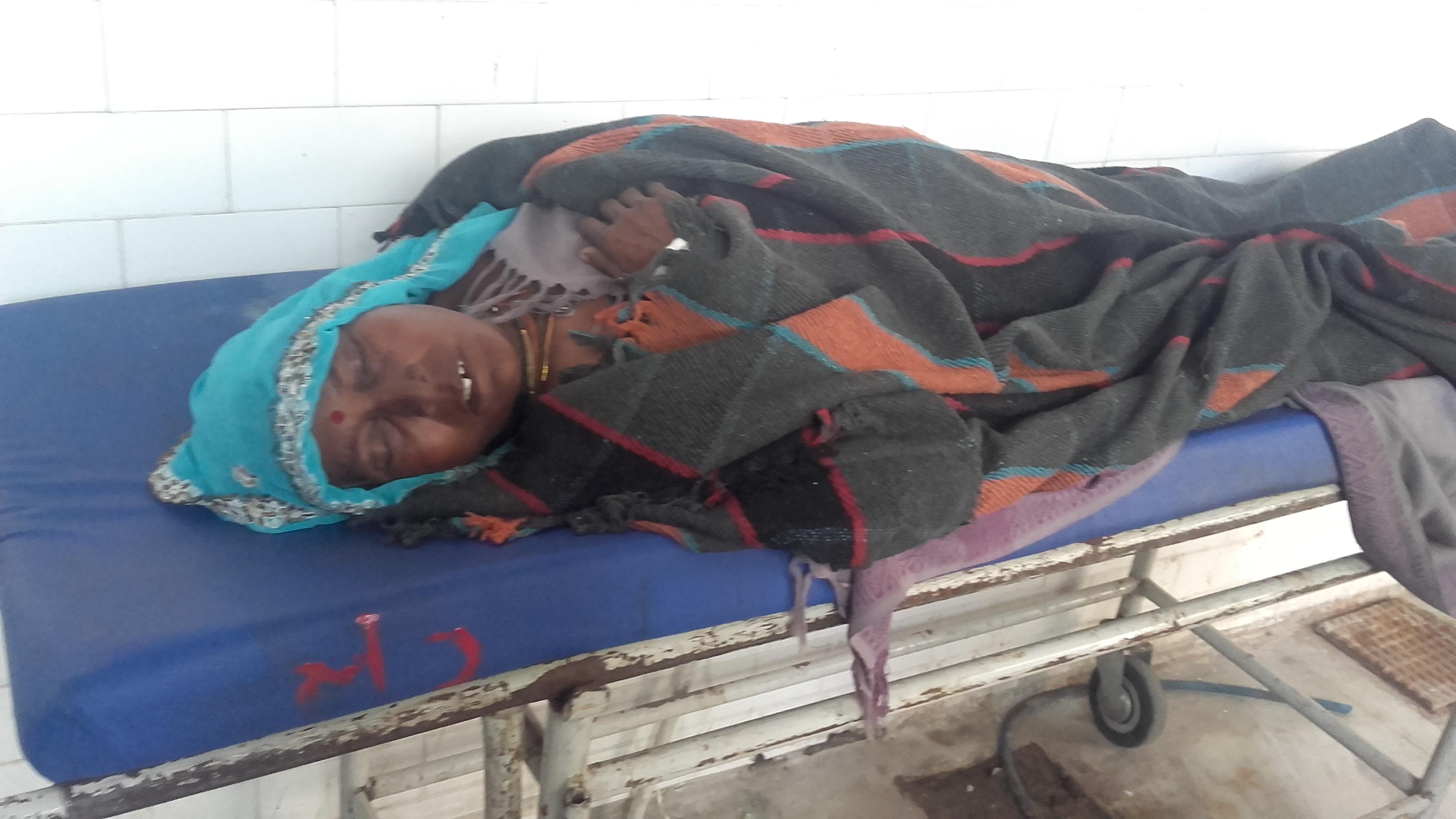 भटकते रहे परिजन : लकवा पीडि़त लेटी रही डेढ़ घंटे स्ट्रेचर पर, लेकिन नहीं किया अस्पताल में उसका एक्स-रे