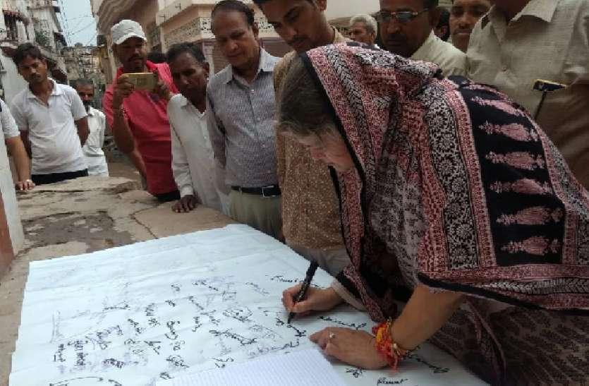 हस्ताक्षर अभियान में मिल रहा समर्थन