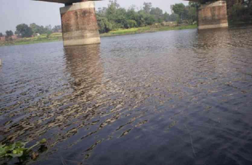 लातेहार के मनिका स्थित मलय नदी में सवारी गाड़ी बही, पांच लोगों को घंटों मशक्कत के बाद सुरक्षित निकाला गया