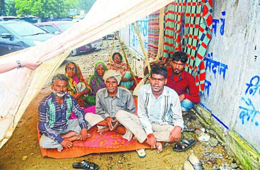 धरने पर बैठे आदिवासियों को अब खाने भी पड़े लाले, प्रशासन की ओर से भी नहीं हुई पहल