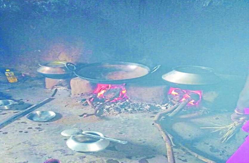 आंगनबाड़ी केंद्रों में भोजन पकाने लकड़ी ही सहारा, धुएं के बीच पढ़ाई करने पर मजबूर बच्चे