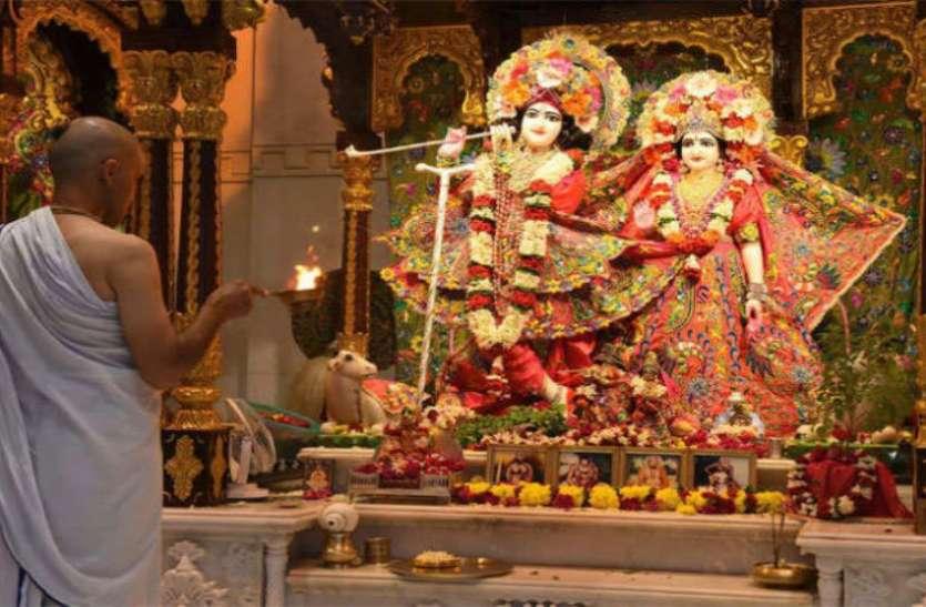 Krishna Janmashtami 2018: कृष्ण के जन्म में कुछ घंटे बाकी, ऐसे पूजा करने से कभी कमी नहीं होगी धन की