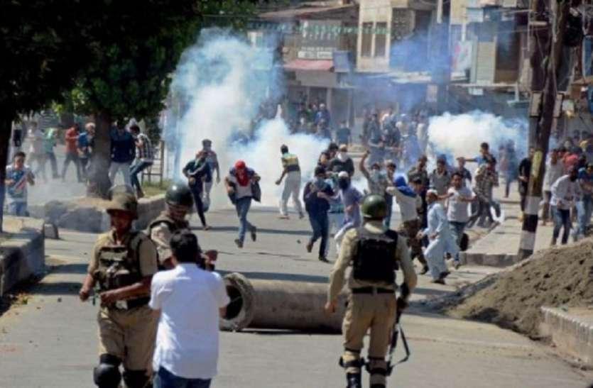 कश्मीर : सुरक्षाबलों और प्रदर्शनकारियों के बीच झड़प, एक शख्स की मौत