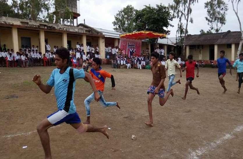 विद्यार्थियों ने लगाई दौड़, कबड्डी भी खेली
