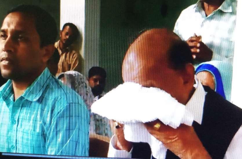 प्रेस कांफ्रेंस में ये बात कहते-कहते रोने लगे मंत्री, फिर तौलिए से पोंछी आंसुओं से भरी आंखें- देखें Video