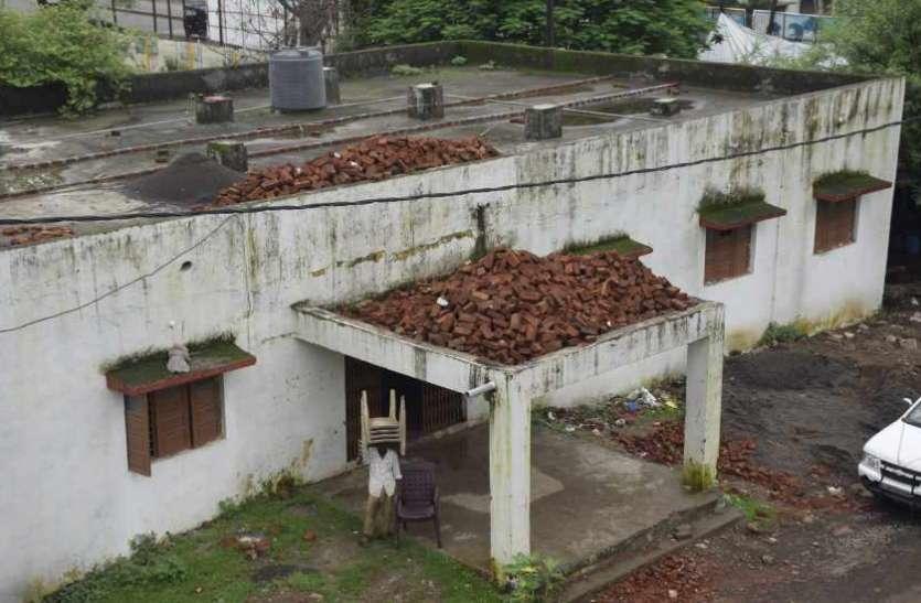 कबाड़ घर बना शिक्षक सदन, नहीं ठहर पा रहे शिक्षक