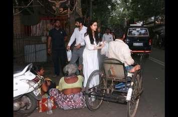 मां अमृता संग सारा अली खान ने मंदिर पहुंचकर की गरीबों की मदद, तस्वीरें आई सामने