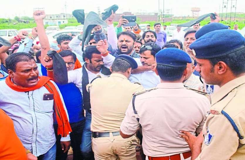 भाजपा प्रदेश अध्यक्ष को काले झंडे दिखाने की कोशिश, पुलिस से बहस