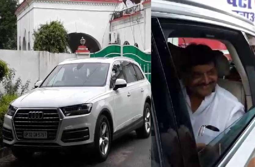 Exclusive : शिवपाल यादव की गाड़ी और घरों से उतारे गये समाजवादी पार्टी के झंडे, देखें वीडियो
