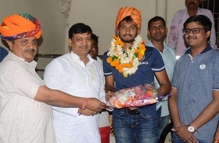 खलील का एशिया कप के लिए इंडियन टीम में चयन होने पर बधाई देने वालों का लगा तांता, विधायक मेंहता ने साफा पहनाकर किया सम्मान