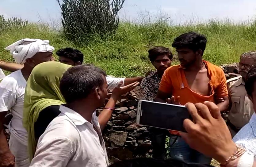 खेत में महिलाओं के साथ ऐसा क्या किया इन दो युवकों ने, जो ग्रामीणों ने की जमकर पिटाई, देखे वीडियो...