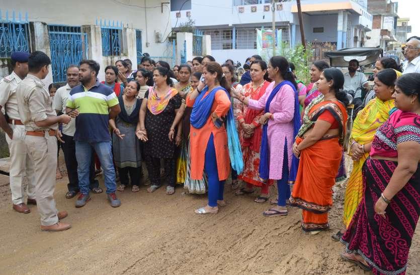 सड़कों पर उतरीं प्रतिष्ठित परिवारों की महिलाएं,  लगाए रोड नहीं तो वोट नहीं के नारे, जानिए फिर  क्या हुआ आगे