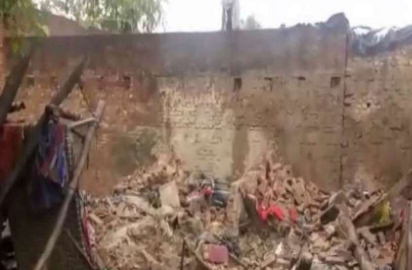 दरियापुर में तीन मंजिला मकान की छत ढही