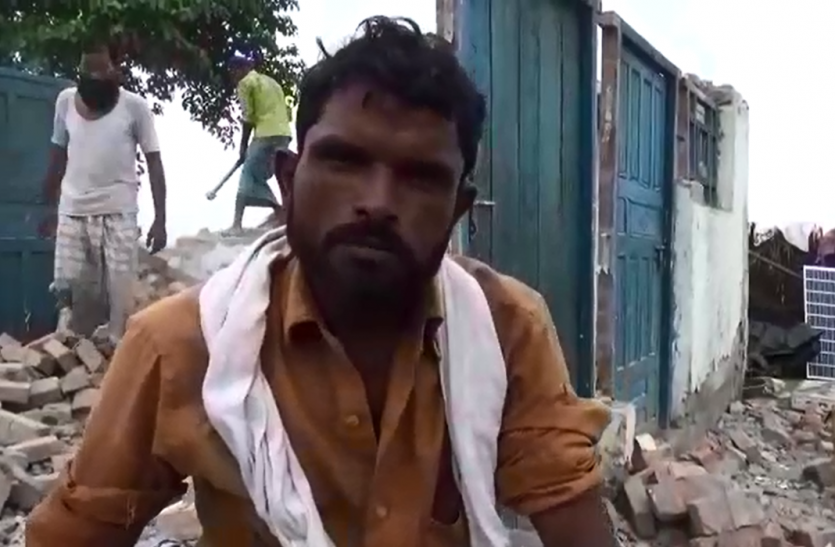 बाढ़ पीड़ितों के जख्मों पर अब सरकारी कर्मचारी रगड़ रहे नमक, ग्रामीणों का आरोप- लेखपाल आकर उड़ाते हैं हमारा मजाक