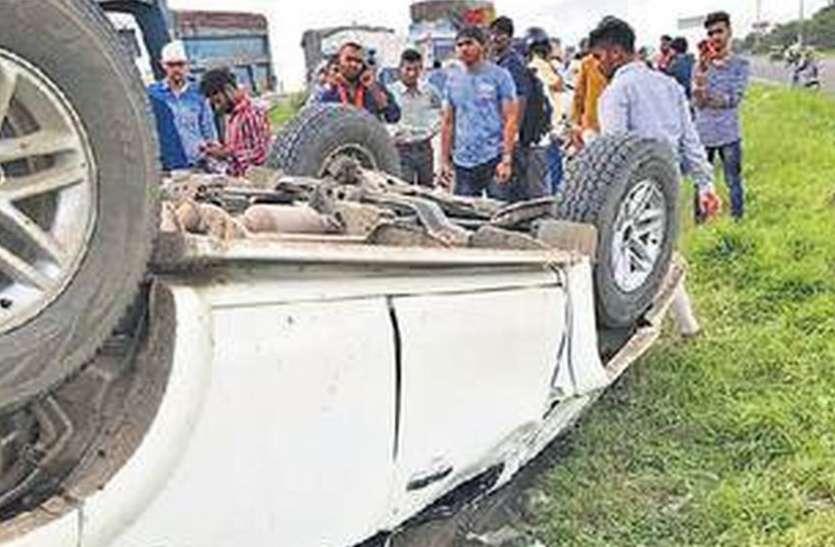 पुलिया से टकराकर नाले में गिरी कार, लोगों ने टॉर्च जलाई तब दिखी, एक की मौत