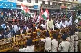भारत बचाओ आंदोलन को लेकर कलक्टोरेट घेरने पहुंचे युकांइयों की पुलिस से हुई झूमाझटकी