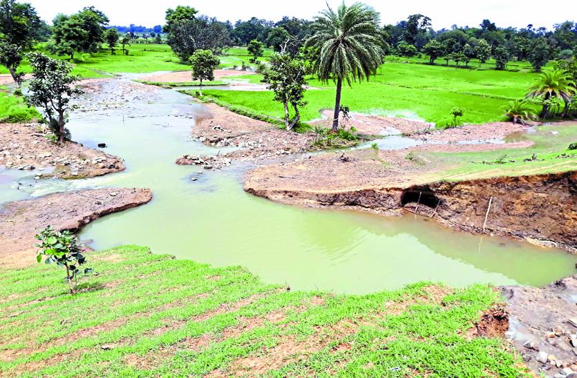 छत्तीसगढ़ के किसानों ने कहा-सिंचाई विभाग की लापरवाही के कारण फूटा बांध, अब दें मुआवजा
