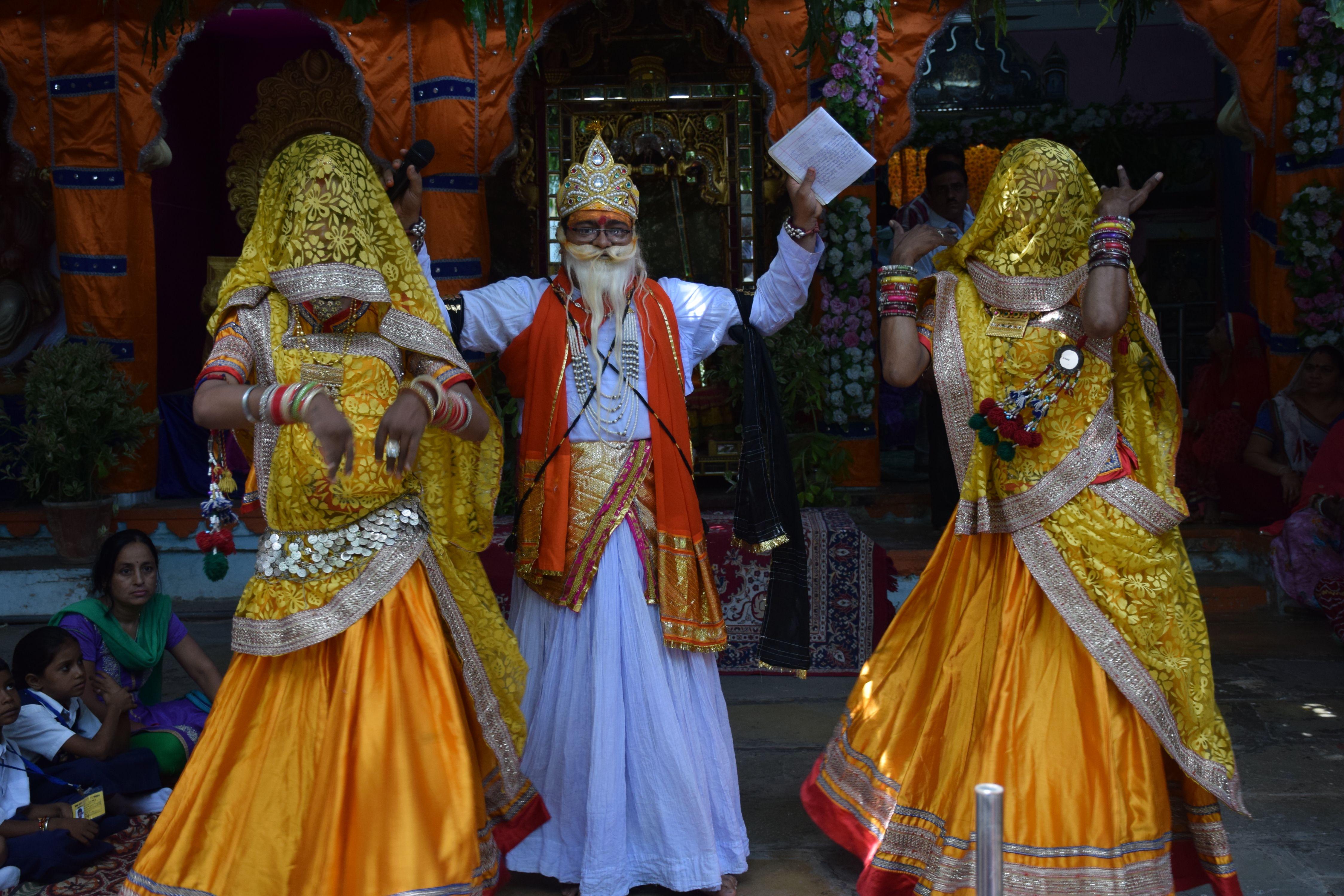 कृष्ण मंदिरों में गूूंजे बधाइयों के गीत.. अस्थल आश्रम मेंं धूमधाम से मनाया गया नन्दोत्सव