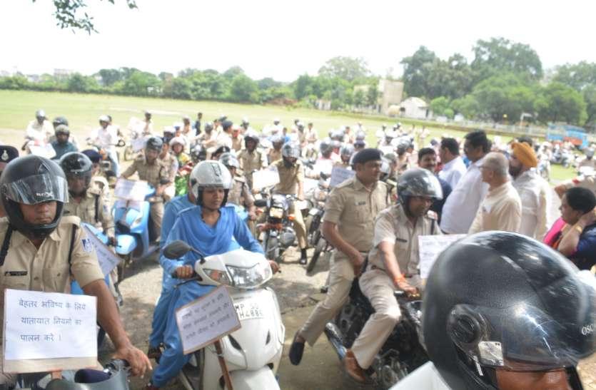 पुलिसकर्मी ने हेलमेट पहन बाइक रैली निकाल दिया संदेश