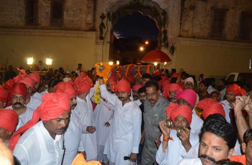 राजवाड़ा से निकली दिंडी यात्रा, सजे कृष्ण मंदिर देखे वीडियो