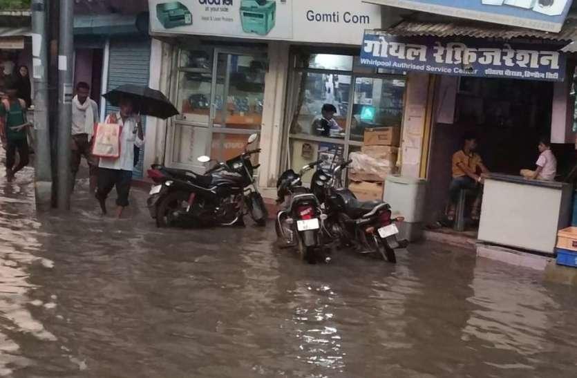 रास्ते जलमग्न, बाजारों में भरा पानी