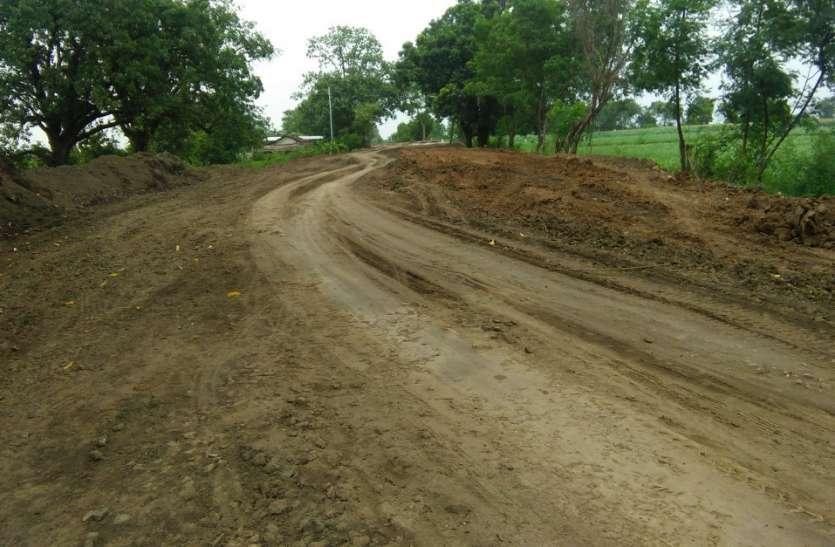 निर्माणाधीन छिदगांव-टेमागांव मार्ग का कछुआ गति से चल रहा निर्माण कार्य