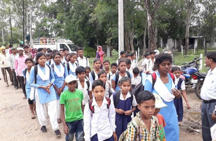 कीचड़ के कारण पढ़ाई छोड़ रहे तीन गांव के बच्चे