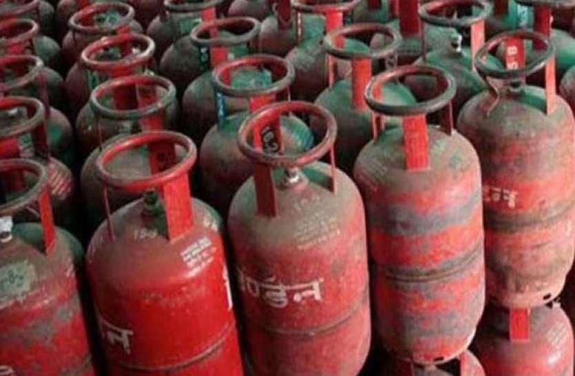 डीजल-पेट्रोल के बाद अब रसोई गैस में लगी आग, घरेलू बजट बिगडऩे से गृहणियां परेशान