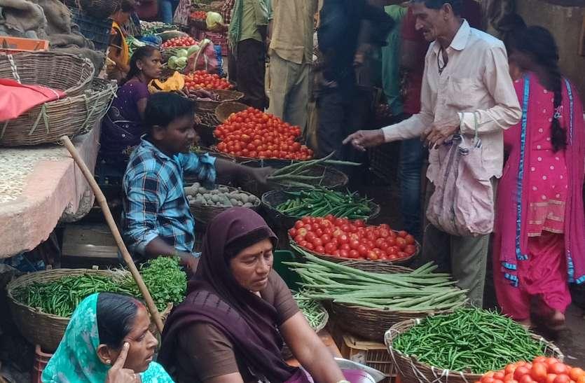 सडक़ किनारे सब्जी दुकानदारों का कब्जा होने से लोग परेशान
